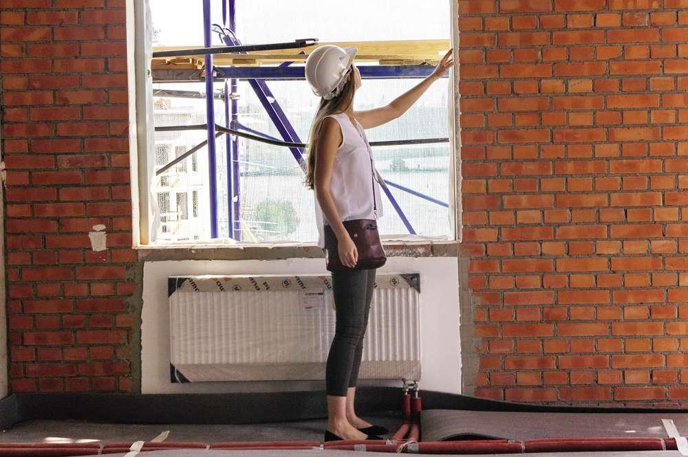 Девушка осматривает новую квартиру. Фото Интерпресс