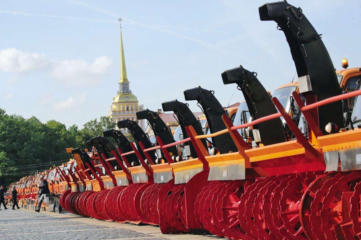 Смотр техники на Дворцовой площади в Санкт-Петербурге в рамках подготовки дорожных предприятий и организаций к работе в зимний период