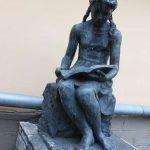 Девочка,читающая книгу