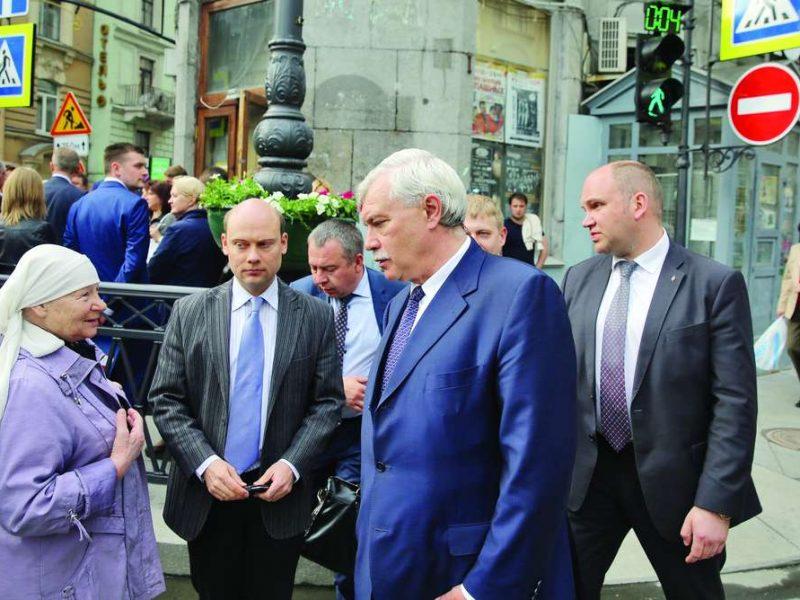 Андрей Кибитов (в центре) понимает, что народу нужно знать о губернаторе,а чего знать необязательно